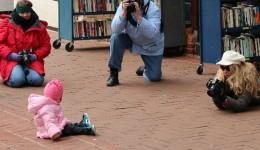 子供の写真を撮る親